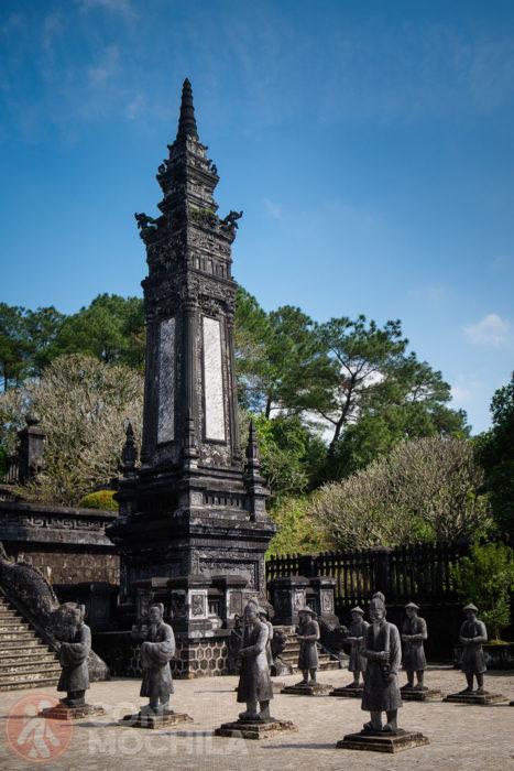 Una de las torres con la punta en forma de estupa