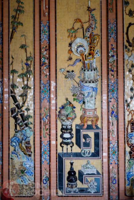 La colorida cerámica de las paredes