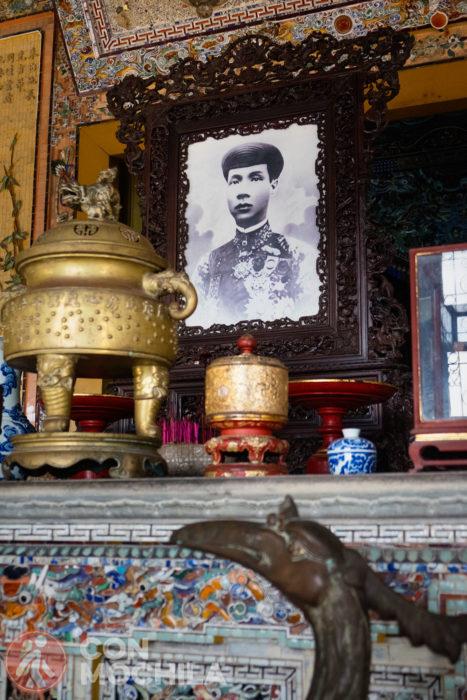La mesa de ofrendas con la foto de Khai Dinh