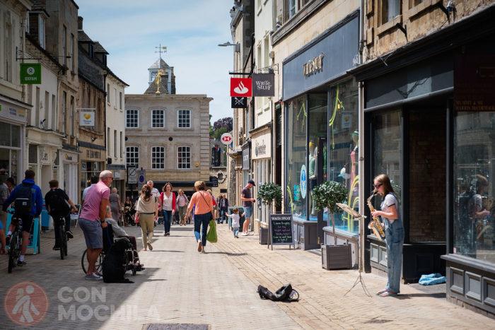 La calle principal está llena de comercios