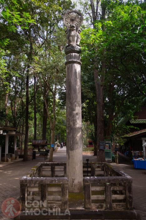 Una figura en un pilar rumbo a la salida