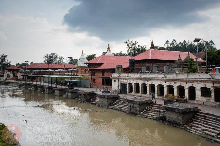 El templo al lado del río Bagmati