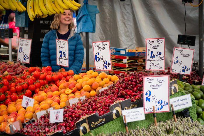 Un puesto de fruta en el mercado de Cambridge