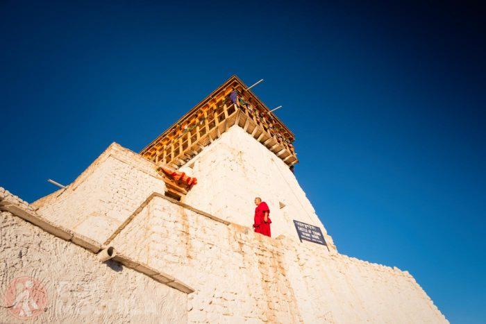 Un monje subiendo