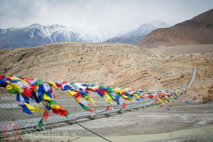 Banderas de plegarias en un puente en Nepal