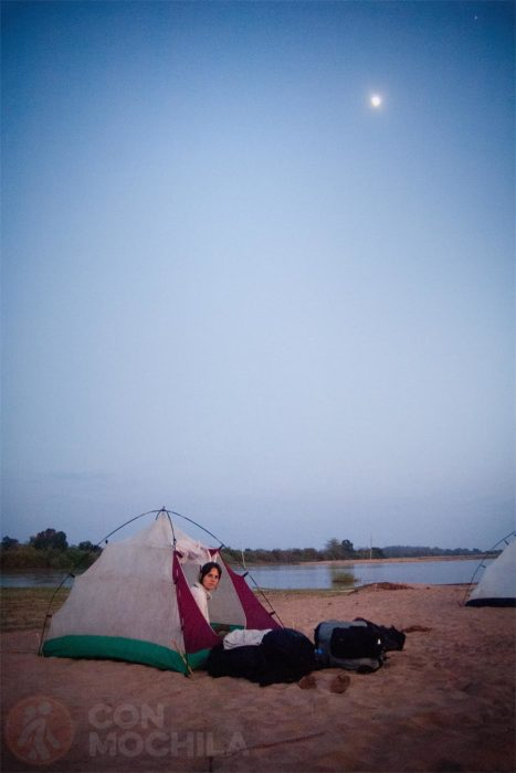 Tienda de campaña en el río Tsiribihina (MAdagascar)