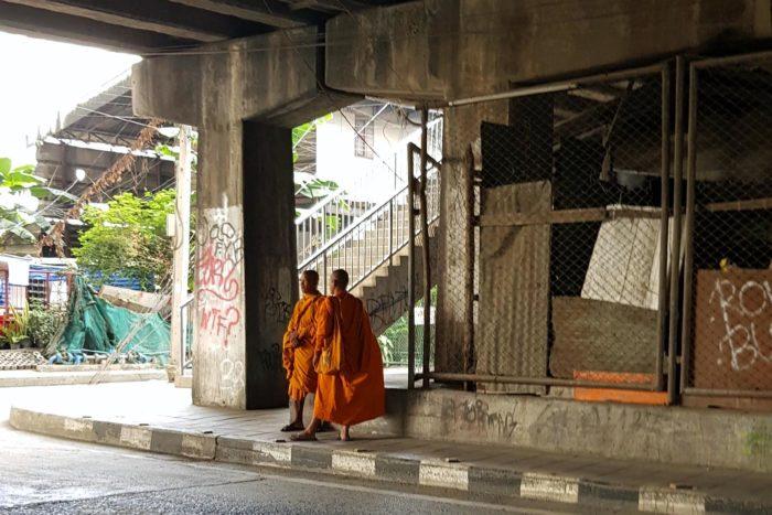 monjes Tailandia suburbio