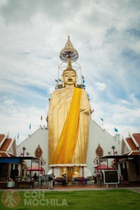 El Buda gigante de Wat Intharawihan