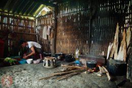 Interior de una cabaña en el valle de Sapa