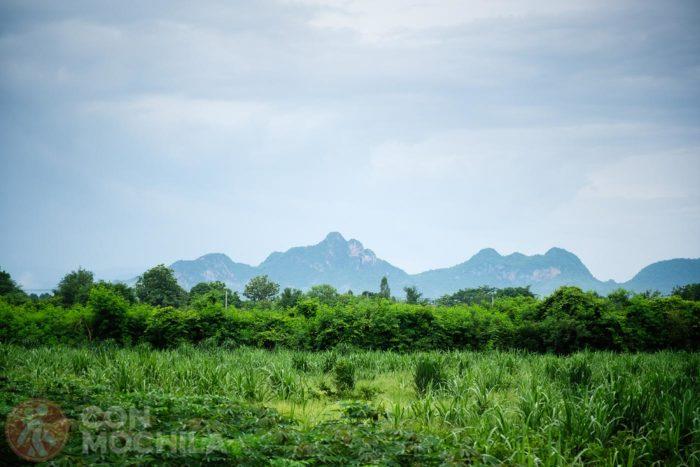 Paisajes verdes con las montañas siempre de fondo