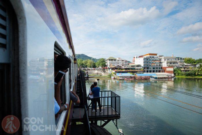Cruzando el puente sobre el río Kwai