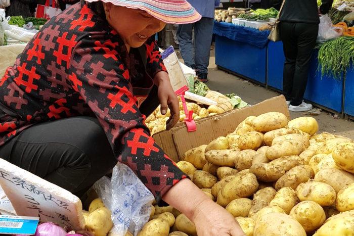 mujer china en mercado