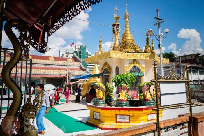Interior del complejo de la pagoda Botataung