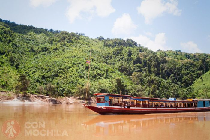 Típicas embarcaciones para navegar por el Mekong
