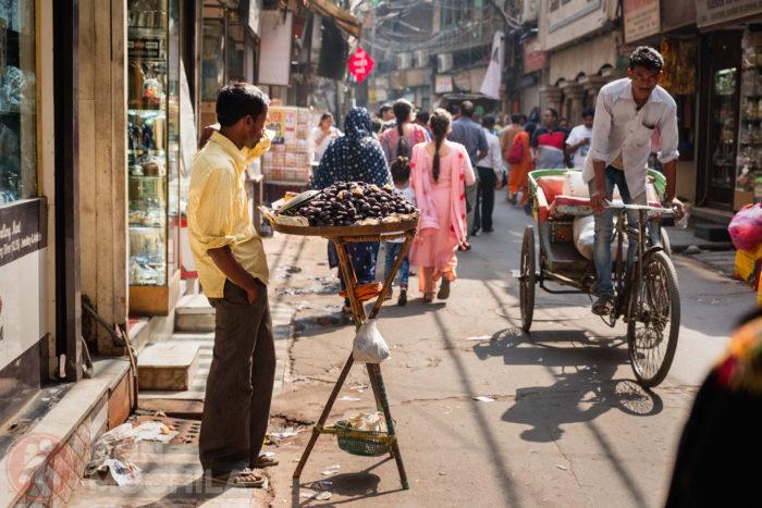 Un vendedor por una calle de Old Delhi