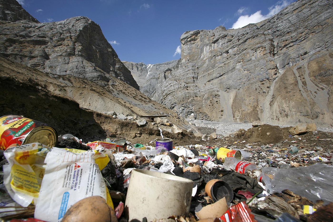 Basura y plásticos en las montañas de Nepal