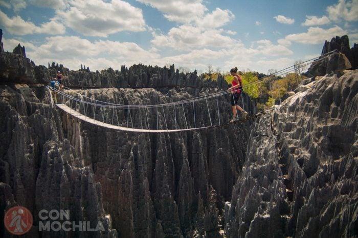 Cruzando un puente suspendido en el Grand Tsingy