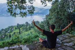 Practicar yoga en Pokhara