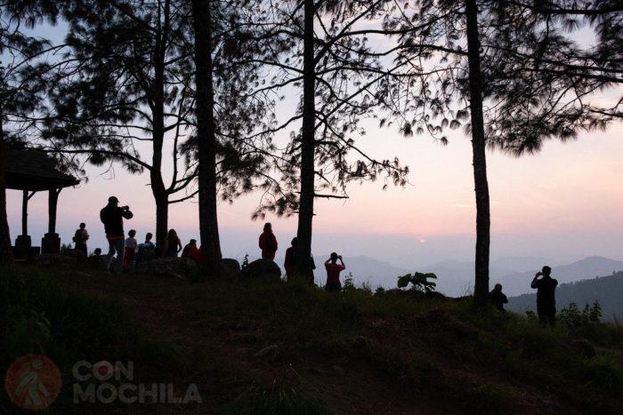 Gente disfrutando de la puesta de sol