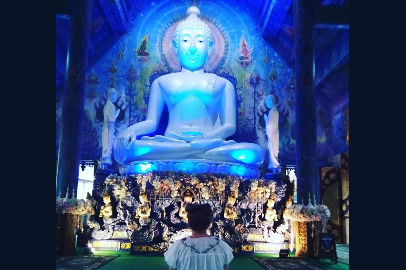 Boquiabiertos ante el Buda azul de Chiang Rai