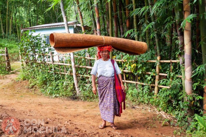 Una mujer muy cargada