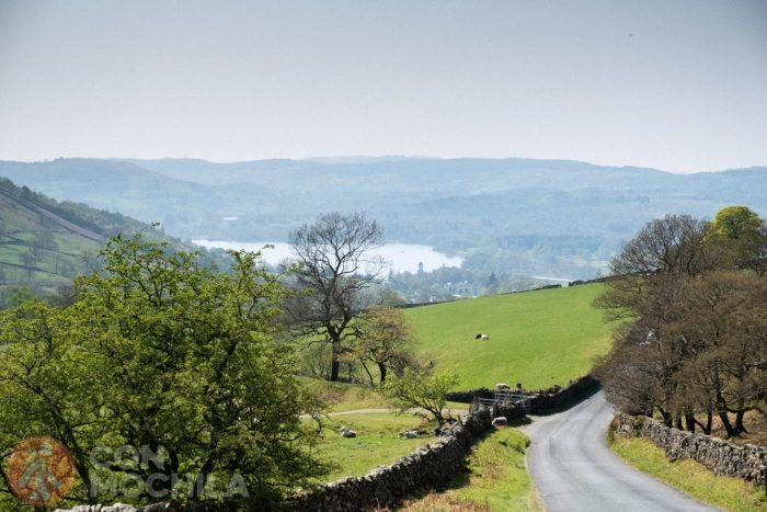 Carretera entre lagos y montañas