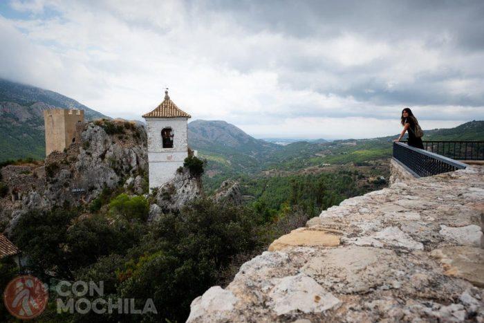 Castillo de la Alcozaiba detrás y Campanari