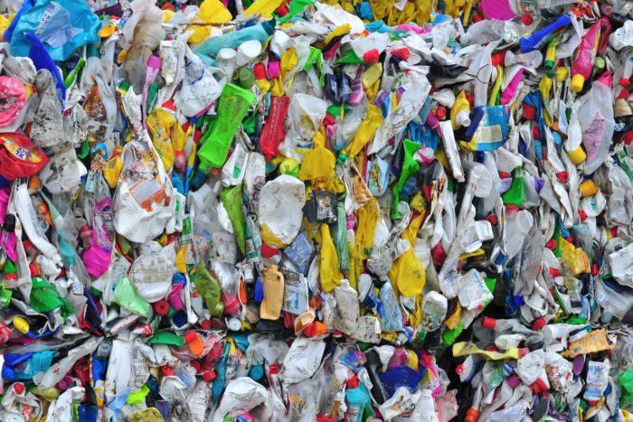 Si el precio de comprar una nueva pieza de plástico virgen es mucho más barato que aquella reciclable, obviamente el costo ambiental en este juego tiene las de perder.