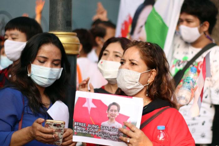 Manifestantes en Bangkok contra el golpe de Estado en Myanmar.