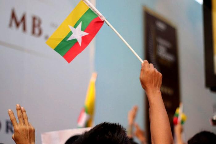 Protesta contra el golpe de Estado en Myanmar en la embajada del país en Bangkok.