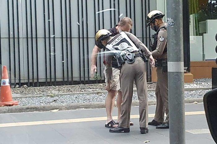 La corrupta policía de Bangkok, sin turistas a los que esquilmar, recorre el centro de la ciudad en busca de extranjeros a los que registrar, esperando encontrar drogas para poder cobrar una mordida.