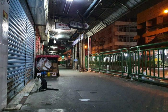 Una calle de Bangkok a la hora de la cena, cuando ya todo está cerrado.