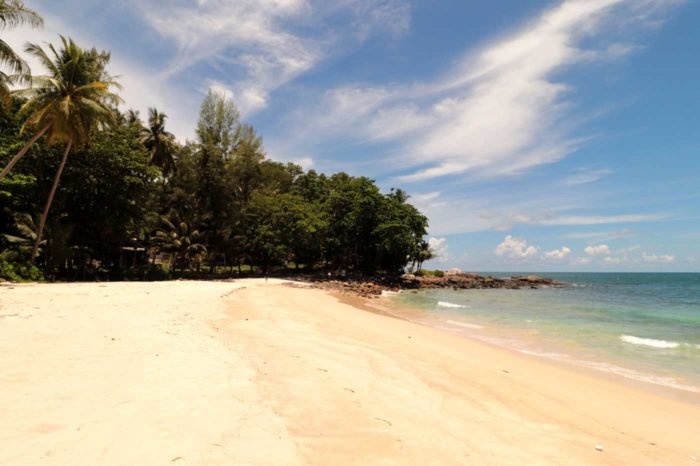La playa de Freedom Beach, en Phuket, luce así de fastuosa este año sin turistas.