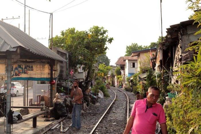 El barrio pobre de Khlong Toei es uno de los más afectados, ya que allí no es fácil poner distancias de seguridad.