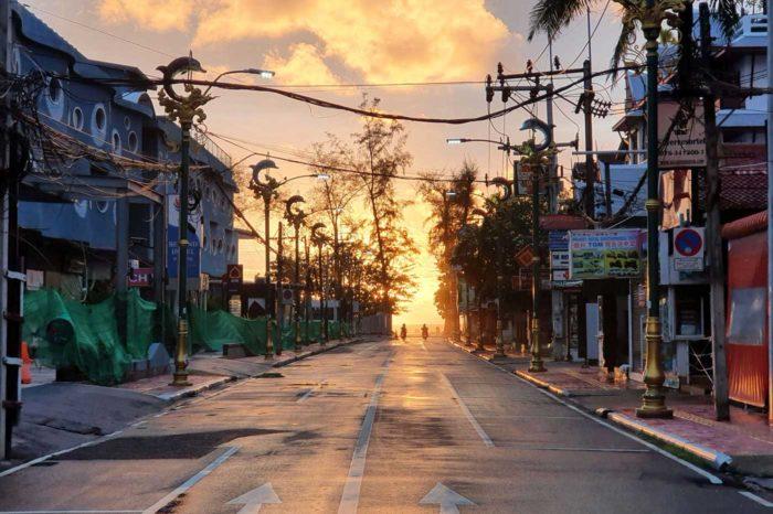 Una puesta de sol en lo que antes era una abarrotada calle turística en Phuket.